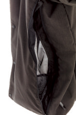 扌開口部手前にマチ が付いて中身が脱落 しにくい、メッシュ地のポケットを装備。