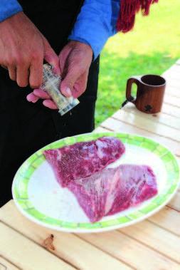塩・コショウは焼く 直前に。塩をふるのが 早すぎると肉汁が出す ぎて旨みがなくなる。