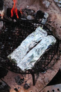 ホイルに包んで肉に 余熱を与えるとき、炭 の温度が高すぎると肉 が固くなるので注意。 遠火に放置すること。
