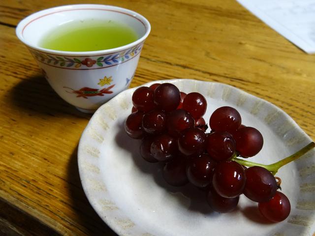 ウェルカムドリンクのお茶とブドウ。ブドウが付いてくるなんて、さすがフルーツ王国山形の農家さん!
