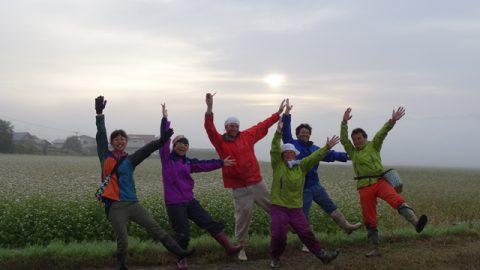 農作業の後は、みんなで『こめやかた(komeyakata)』の「k」ポーズ! 左から、育美さん、松鳥、サムさん、奈緒さん、創さん、陽一郎さん