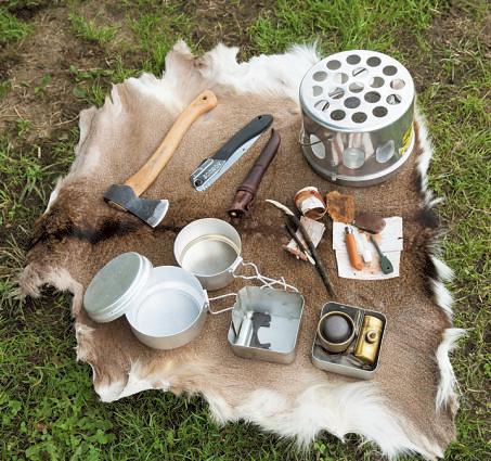 軽トラの積んでいる道具たち。のサーモス製テントヒータ ーは獣に気付かれにくいアルコー ルタイプ。オプティマスのストー ブやチェコ軍のメスキット、火種や虫除けに使う樹皮などを携行。
