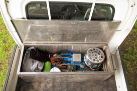 収納ケースもステンレ スを使った頑丈な作り。 溶接の資格も持っている 荒井さんは、何でも作っ てしまう達人。