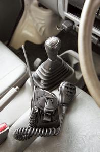 パートタイム4WDの5MTで、悪路でもしっかり走る。無線はグループで獲物を追い込む巻き猟で使う。