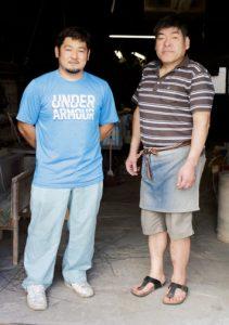 4代目が正行さん(左)、5代目を継ぐ予定なのが俊文さん。先代から受 け継いできた民芸品に加えて、ま だまだ31歳と若い俊文さんのセ ンスで作る新しい花ござも人気。