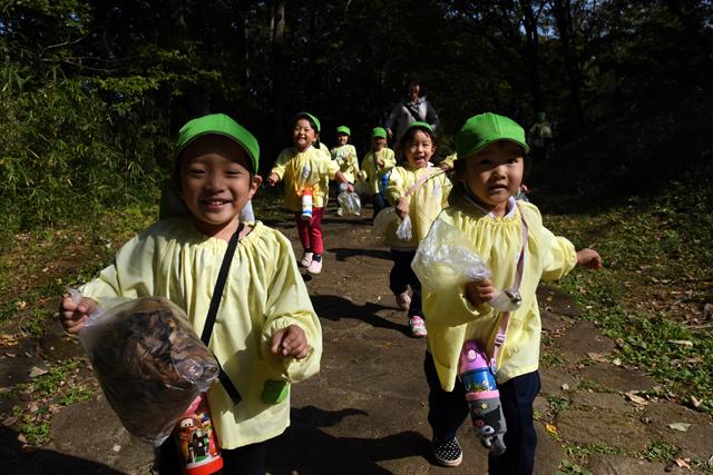 獲物を求めて公園中を駆け巡る子供達