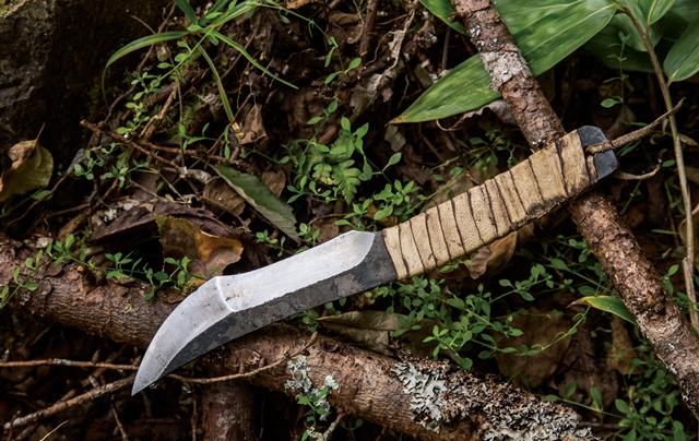 瀬戸さんによる手作り鍛造ナイフ。「いろんな鋼材を試してみたけれど、安いバールが簡単でよく切れるんです」とのこと。