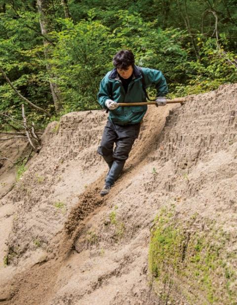 冬山登山では、ピッケルでブレーキをかけながら雪 の急斜面を下る方法をグリセードと呼ぶ。この技術は 雪中で行なわれた奥利根の昔のクマ猟でも使われてい たそう。「体をしっかり立て柄を押し付けるのがコツ」