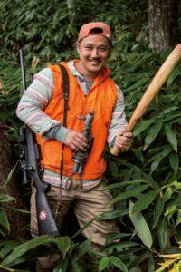 瀨戸祐介さん。1978年、岐阜県生まれ。有害鳥獣駆除(生態系管理のための個体数調整)を業とし、年間出猟300日、約150頭を捕獲。20代前半にアラスカで原始生活を経験。狩猟学校講師。
