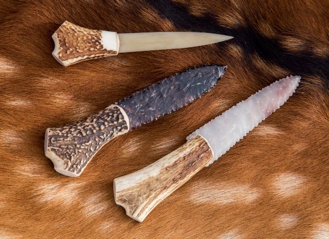 上はシカの脛 けい 骨 こつ 製ナイフ。刺突に特化した使い方なら十分な性能。 シカ皮もよく剥げる。中央は黒曜石のナイフ。衝撃に弱い欠点はあ るが、切れ味は優秀な金属ナイフ並み。下はフリント製。