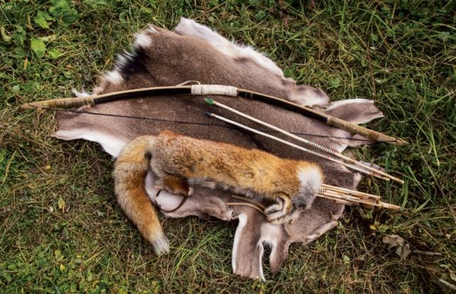 毛皮もなめす。下はシカ皮。上はキツネの毛皮 の矢筒。弓はカシと水牛の角、腱を膠で貼り合わ せた。日本では弓矢による猟は禁止だが、弓矢の 機能を知ることも狩猟者の教養のひとつと考える。