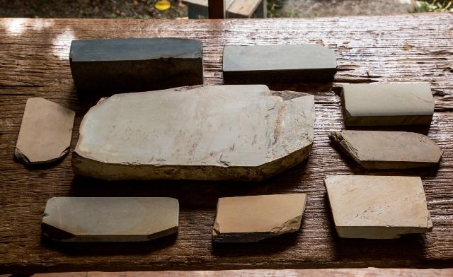 左上は、中砥(なかと) ・仕上げ砥兼用の丹波青砥 。力を入れて研ぐと中砥になり、力を抜いて研げば仕上げ砥になる。ほかはすべて仕上げ砥石。