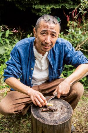 鈴木康人さん。1959年、福島県いわき市出身。VAN 後の石津謙介に師事してアパレルの 世界に身を置くが、実家の事情で帰 郷。独学で研ぎと鍛造を身につける。 研ぎ教室も人気。 研ぎ師・鍛冶屋