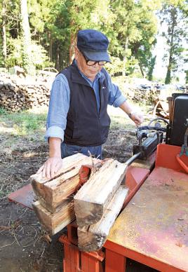硬いケヤキも簡単に割れ る。木は縦横カット可能。 マシンの購入は応相談(現 在は完売中)。問小高モー タース0475(32)2237