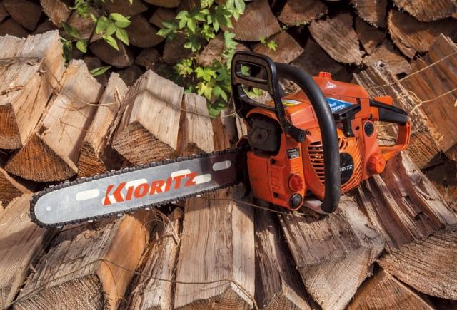 愛用するチェーンソーのひとつ、キョーリツ(やまびこ)のCS 42RS(42㏄)。バーの長さは40㎝。直径50㎝程度までの木は十 分に切れる。エンジントラブルは、この機種を含め今まで一度もな し。「シンプルな機械なので、正しく使えば機嫌よく働いてくれます」
