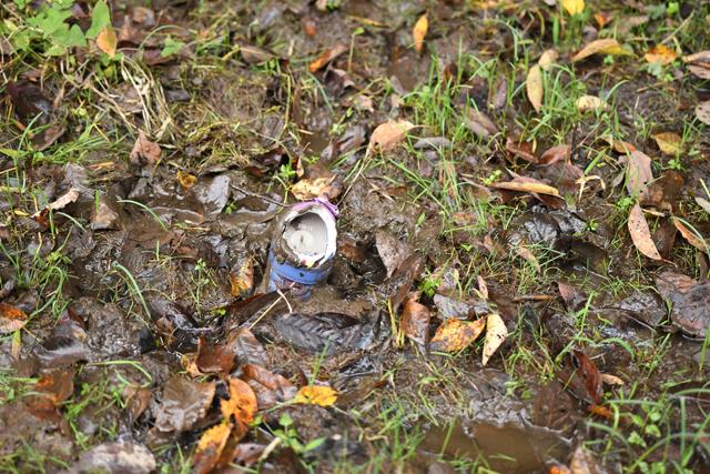"""""""マッドレベル2マイナス""""の残骸。 この日田んぼには数足の靴が田んぼの餌食になった。"""