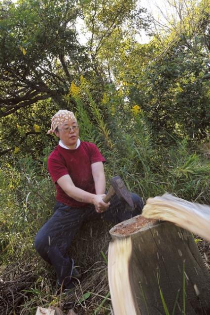 熊本県生まれ。薪窯の益子の窯元で修行。独立し「かおり陶房」を開設。自分で藁を灰にして釉薬を作るなど天然物にこだわる職人。