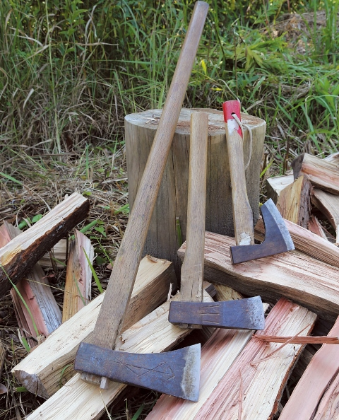 薪割りに使う斧。左は太木を割る斧。中央は雑木(硬木)など、さまざまな木に使う万能の斧。右は小割りにするときに使用する。