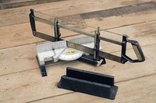 角度をきれいに出す◯秘道具 ソーガイドは木材を正確に切断するためのの こぎりの補正道具。45度切りや90度切りが 可能だ。手前は¥1,000以下の安価なタイプ でガイド用の溝にノコギリを挟み込んで使う。 奥はのこぎりが付属されているので、手元が ぶれる心配がない(¥6,000〜7,000)。どち らもテーブルに釘で打って固定して使用する。