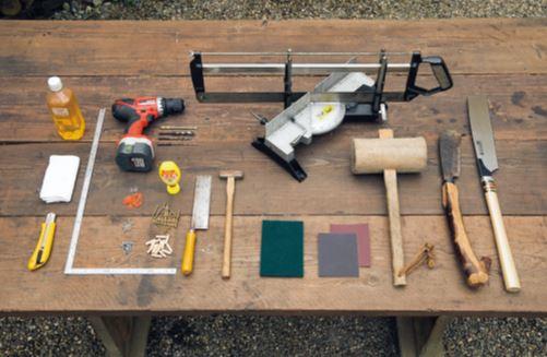 右から丸太整形用ののこぎり、鉈なた、木き 槌づち。木材 カット用のソーガイド、サンドペーパー(2種)、 ビニールたわし、金槌、小さめののこぎり(ダ※ ボ切断用)、電動ドリル(刃は細太4種類)、木 工用接着剤、木ねじ、ダボ、トンボ(留め具)、釘、 指さし金がね、クルミ油、ぼろ布、カッター。 道具 ➡のこぎり付きのもの は木材もネジ式レバー で固定できる、かなり 精密。刃は上下にも動 くようになっている。 ➡安価なタイプは切れ る木の直径が限られる が、扱いも楽で初心者 向き。ただし木の固定 に工夫が必要。 フィールドが恋しくなる 自然木のフレーム ※2つの材を接ぐときに接合面に差し込む木片のこと。BE-PAL