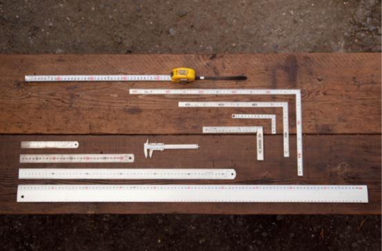 大には大、小には小を 定規は大物を作るときは大きなサイズ、小物を 作るときは小さなサイズと、作る物に合わせて サイズを変えたほうが取り回ししやすい。その ため、大小さまざまな直線定規と、直角が取れ る指金を揃えておくといい。素材は金属を選ぶ と定規を当てたまま刃物を使える。筒や丸棒の 外形や内径を測れるノギスや、巻き尺も便利だ。