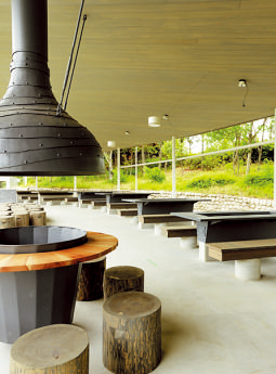 敷地内にある『森とリル のBBQフィールド』。調 理台やテーブル、かまど が備わっている。