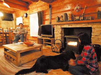 ログハウスの別荘ライフ を体験。犬連れOK。全 棟薪ストーブ設置。レス トランは一般客も利用可。