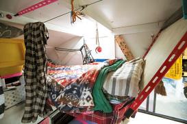 カーテンも付いた2階 のベッドは身長と重量制 限の関係上、めぐみさん 専用。就寝時以外は前方のバンクに収納している。