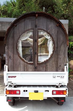 木材にペンキを塗り、 乾ききらないうちに拭き 取ってアンティーク風に 仕上げた。窓は分厚いア クリル製。天窓も付く。