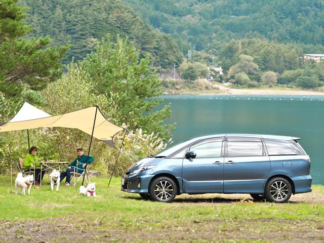 愛犬の北海道犬3頭と一緒に、車中泊をしながらクルマ旅を続けている大澤夫妻