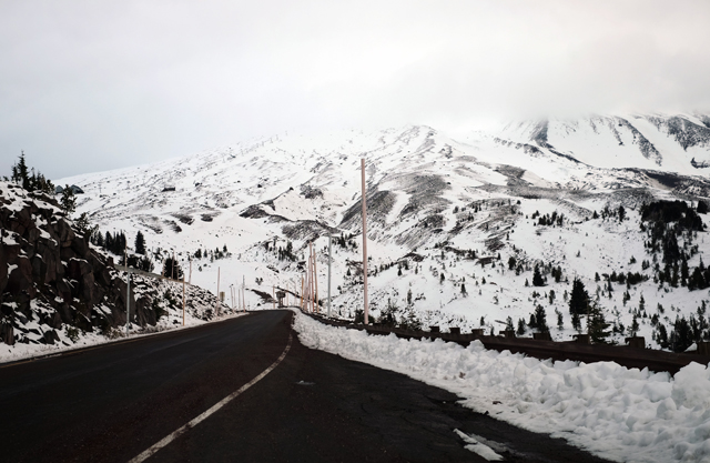 マウントフッドまでの道のりは、この時期(11月初旬)だったら2駆のノーマルタイヤでも問題なし。マウントフッド麓のスキー場の標高は1892m。クルマでアクセスできる。