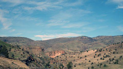 これぞ、アメリカのロードトリップ! 広大な風景の中をどこまでも続く1本道。叫びたくなるような開放感が、ここにはある。