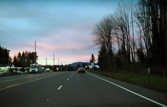 アメリカの郊外は一般道でも片側2車線がデフォルト。だから運転自体は難しくない。途中のガソリンスタンドでガソリンを入れ、馬鹿でかいコーヒーと、カロリーたっぷりのピザを調達。