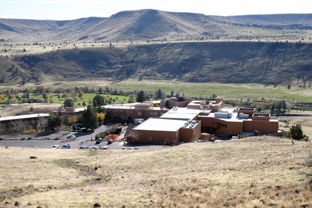 「KAH・NEE・TA RESORT」は、荒野のど真ん中に位置する高級リゾート。周辺にはゴルフコースも完備。乗馬なども楽しむことができる。