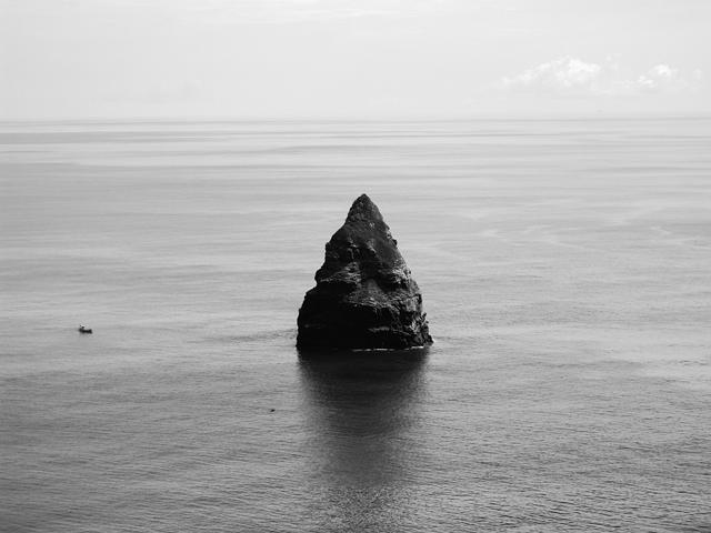 沖縄県座間味島の北東に位置する男岩(うがん)。