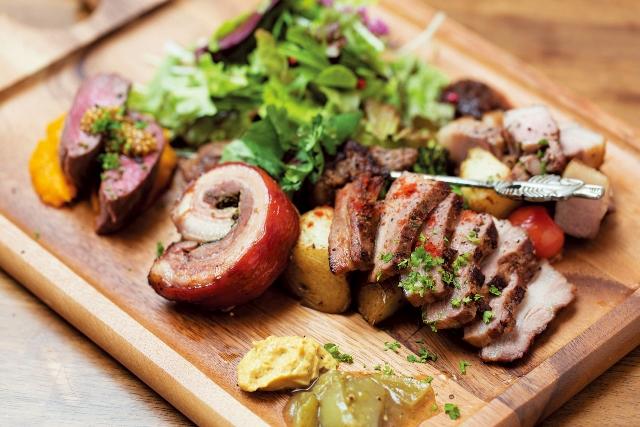 シカモモ肉ローストやイノシシお尻肉串焼きなど、肉が主役の盛り合わせ。 約¥3,000〜。ジビエに対する固定概念が一新される感動のおいしさ。