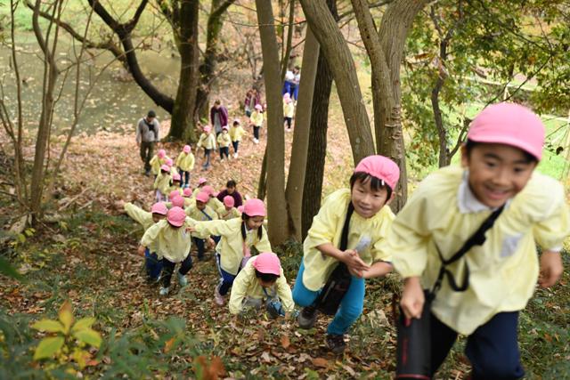 スタートは急坂を登るところから始まる。 この後のワクワク感にすでににやけている子どもが多数だ。