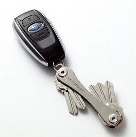 1本から、最 高8本までの鍵 をスリムに収納 できる。これを 車のキーなどに 付けておけば、ま さにスマート! !