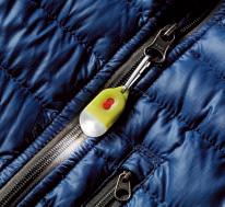 フック式で着 脱も簡単。暗い 夜道を歩くとき はパンツやバッ グに付けて安全 確保することも。