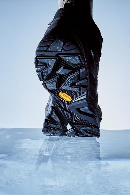 前足部と踵側に配さ れたArcticGrip(青いツブツブのある部分)が氷面をグリップする。
