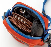 サイズは幅9 ×マチ6×高さ16㎝。表裏両面にアウトポケット付きで意外にも収納力満点。