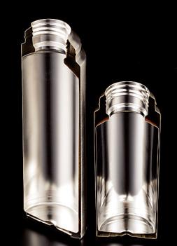 真空層を1.2㎜という 極限まで狭めることで 大容量とスリムサイズ を両立。その加工精度 の高さには舌を巻く。