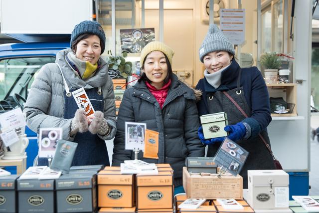 スタッフの佐藤幸恵さん(右)、藤村梓さん(中央)、熊井ことみさん。
