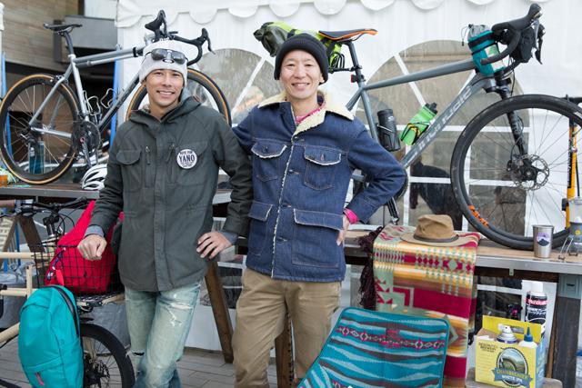 森本禎介さん(右)、自転車選手の伊澤一嘉さん(左)。