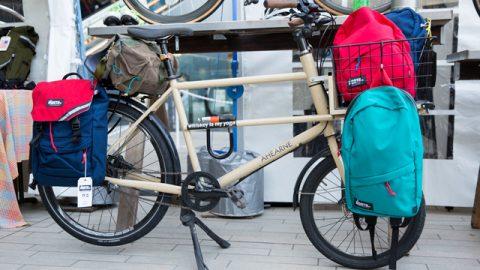 自転車通勤する人が多いので、荷物がたくさん運べるタイプが人気。