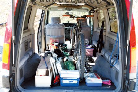 後部座席を取りはずしているため、荷室は広 々。ホイールを取り付けたままのMTB4台と必 要な荷物を丁度収納できるそうだ。貨物用と して改造申請をしたため、毎年車検になった。