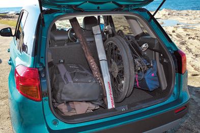 荷室の天井が高いので、リアシー トを片方だけたためば前輪を外したMTBを縦に収納できる。