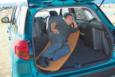フルフラットにはならないものの、 リアシートを倒せば何とか大人が寝転がれるスペースを確保できる。