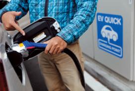 道 の 駅 な ど に あ る急速充電器で充電することもできる。こまめに充電して燃料を節約!