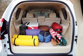 サードシートを倒し た状態にキャンプ道具 を積んだが、スカスカ。 広々とした空間だ。